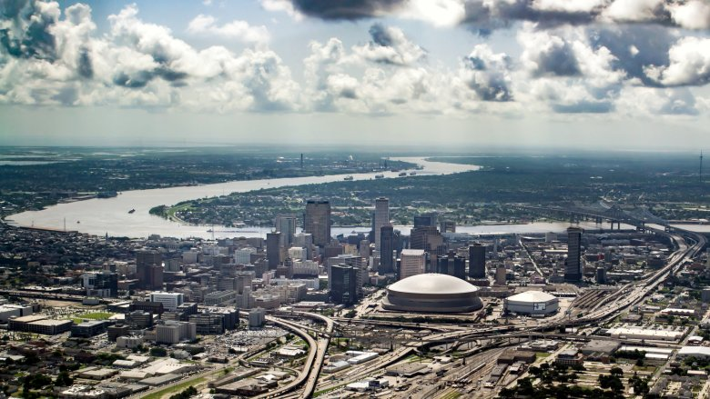 Widok z lotu ptaka na Nowy Orlean ze stadionem Superdome w tle.