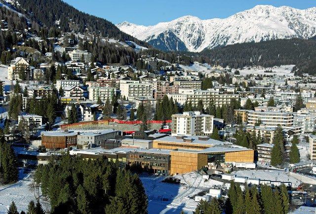 Centrum Kongresowe w Davos gdzie od 1971 roku odbywają się kolejne edycje Światowego Forum Ekonomicznego. Fot. [url=http://bit.ly/1TXef2Z]World Economic Forum[/url] / [url=http://bit.ly/1dMkpTr]CC BY-SA 2.0[/url]