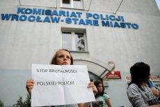 Protest przed wrocławskim komisariatem po śmierci Igora Stachowiaka.