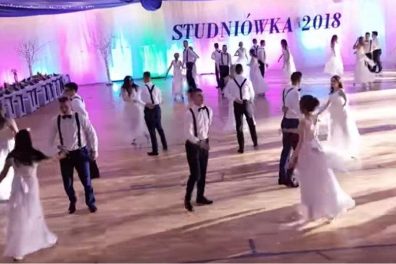 Uczniowie IV LO w Białej Podlaskiej zamiast poloneza zatańczyli walca. Internauci są zachwyceni.