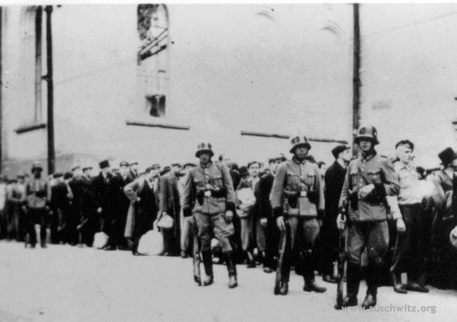 Tarnów - polscy więźniowie polityczni oczekują na transport do Auschwitz.