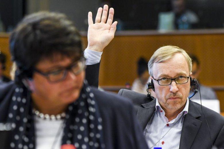 Bogdan Zdrojewski głosuje nad propozycją budżetu UE na 2017 r. 5 września.