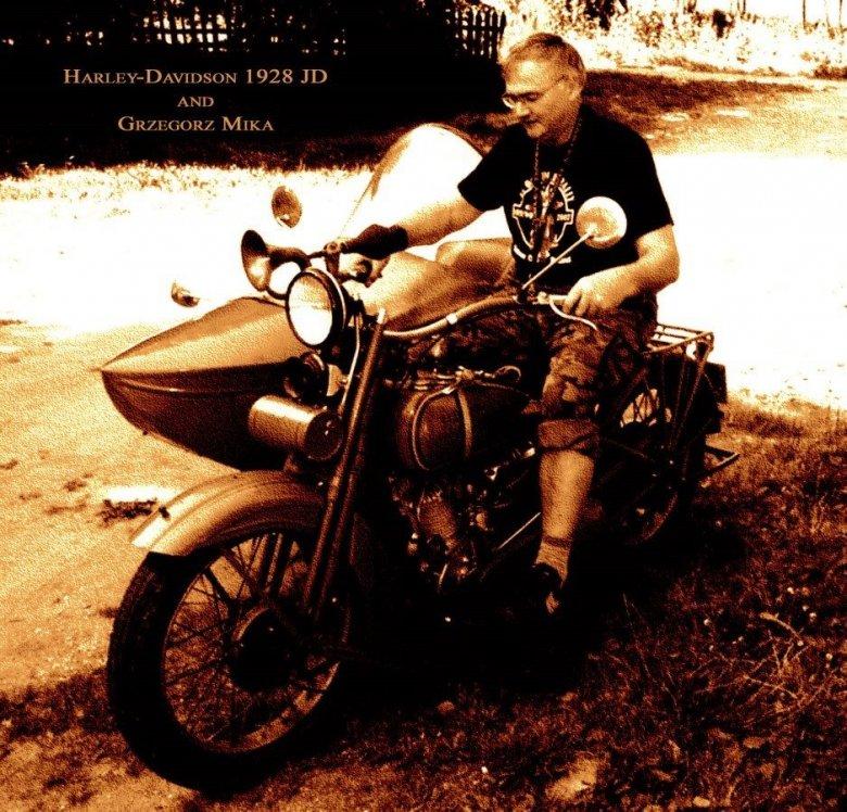 Grzegorz Mika na swoim Harleyu.