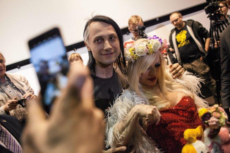 Cicciolina zawsze wchodziła w bliską interakcję z fanami.