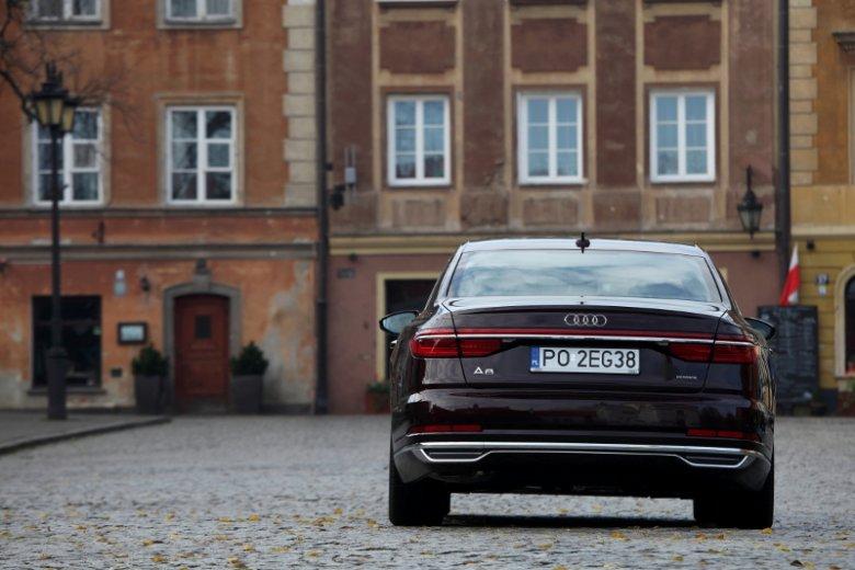 Z tyłu Audi A8 możecie zobaczyć jednolity pas świetlny łączący lewą i prawą stronę.