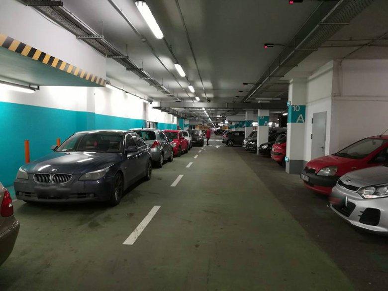 Czarny Piątek spowodował korki w okolicach największych galerii handlowych w Warszawie. Tu sytuacja na parkingu pod Arkadią.