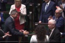 Posłowie PiS owacjami na stojąco dziękowali skompromitowanemu Markowi Kuchcińskiemu.
