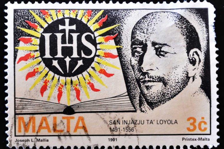 Maltański znaczek ze św. Ignacym Loyolą, założycielem jezuitów.