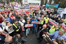 """Taksówkarze protestowali w poniedziałek i w autach blokując ruch, i """"na piechotę""""."""