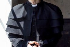 Parafianie z Kadzidła są oburzeni na proboszcza. Zebrali się przed plebanią.