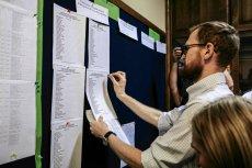 Uczniowie z Lublina wypatrują swoich nazwisk w rekrutacji do jednego z liceów.