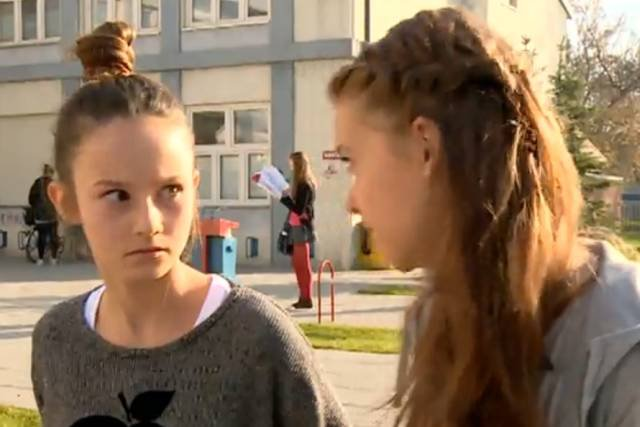 """Bohaterki """"Szkoły"""" mają zamiar podać chłopakowi napój z menstruacyjną krwią. Absolutne odrealnienie czy prawdziwy obraz polskich uczniów?"""