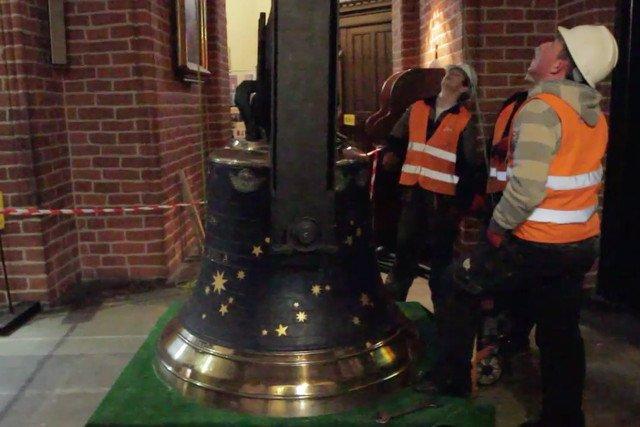 Montaż dzwonu Kopernik w katedrze w Olsztynie. Dokonała tego również najstarsza w branży wyspecjalizowana firma inżyniera Pawła Szydlaka.
