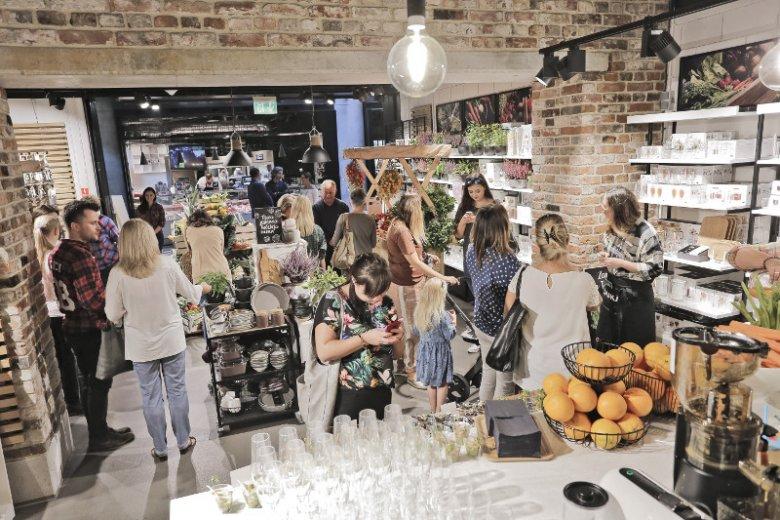 Marka DUKA oficjalnie zaprezentowała najnowszą, jesienną kolekcję ''Targ warzywny''. Jednocześnie we współpracy z serwisem LokalnyRolnik.pl rusza inicjatywa wspierająca lokalnych rolników i promująca zdrową żywność