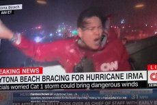 Sara Sidner, reporterka CNN, podczas huraganu Irnma - w czasie relacji na żywo z Daytona Beach na Florydzie.