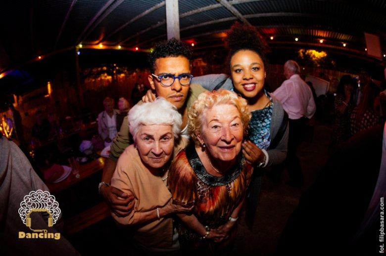 Stenia i inni seniorzy z Dancingu Międzypokoleniowego.