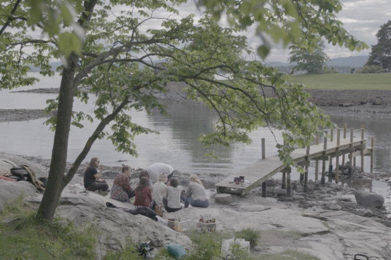 Esben z przyjaciółmi podczas pikniku na cyplu.