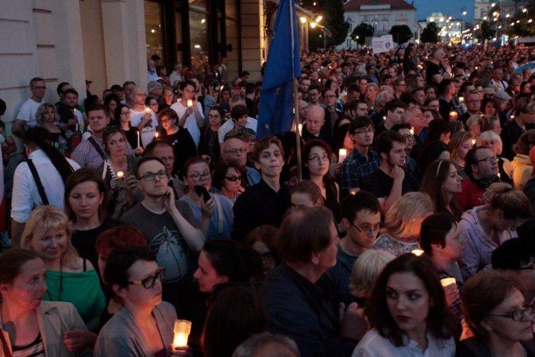 Tłumy ludzi demonstrują przeciwko reformie sądownictwa PiS.