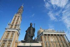 Z rzeźby stojącej przed sanktuarium w Licheniu usunięto klęczącą postać księdza Makulskiego.
