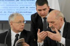 Prezes Jarosław Kaczyński, Bartłomiej Misiewicz i szef MON Antoni Macierewicz