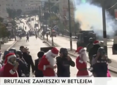 Tutaj co chwilę dochodzi do starć pomiędzy Palestyńczykami a  izraelskimi służbami bezpieczeństwa. Tym razem Palestyńczycy demonstrowali w przebraniach św. Mikołajów.