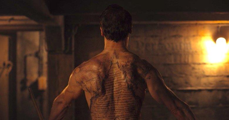 """Noah ma na plecach wytatuowany tekst """"Tablicy Szmaragdowej"""""""