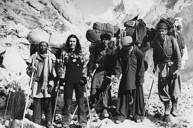 Wanda Rutkiewicz wspinająca się pod K2 o kulach.