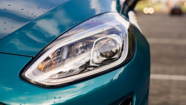 Reflektory świetnie sprawdzają się w trasie, a Fiesta potrafi automatycznie włączać światła drogowe.