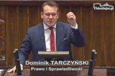 """Poseł Tarczyński grozi mediom milionowymi karami. """"By zwalczyć nieprawdę w sferze publicznej"""" – tłumaczy, zapowiadając powstanie projektu o walce z fake newsami."""