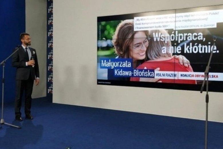 PiS zorganizował nawet konferencję, na której pokazał plakat wyborczy Kidawy-Błońskiej. Wkradł się na nim jednak błąd, bo nie było na nim hasztagu #SilniRazem.