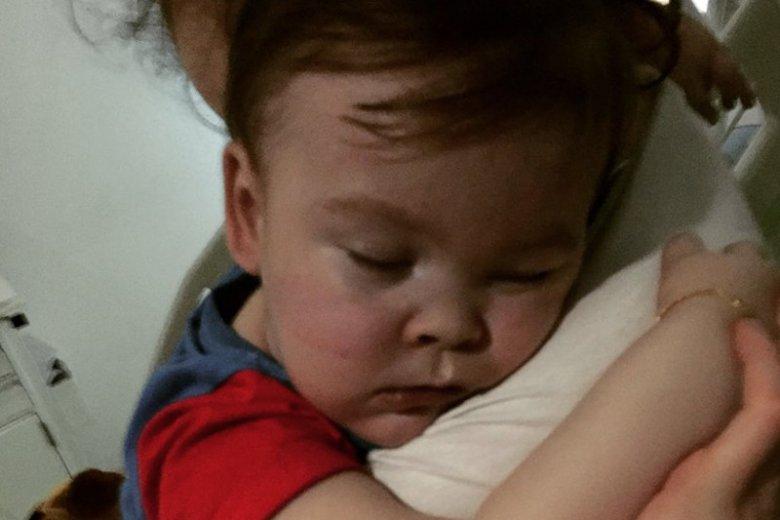 Brytyjski sąd nie godzi się na przewóz 2-letniego Alfiego Evansa do Rzymu. Włoski szpital chce leczyć chłopca, brytyjski odłącza od aparatury wbrew woli rodziców. Na zdjęciu - Alfie z mamą.