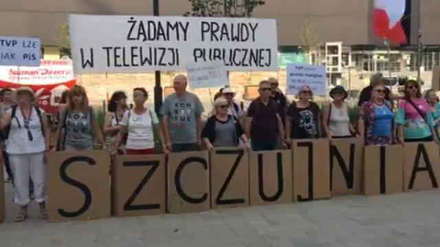 Protestujący przed siedzibą TVP przynieśli ze sobą transparenty z wymownymi hasłami