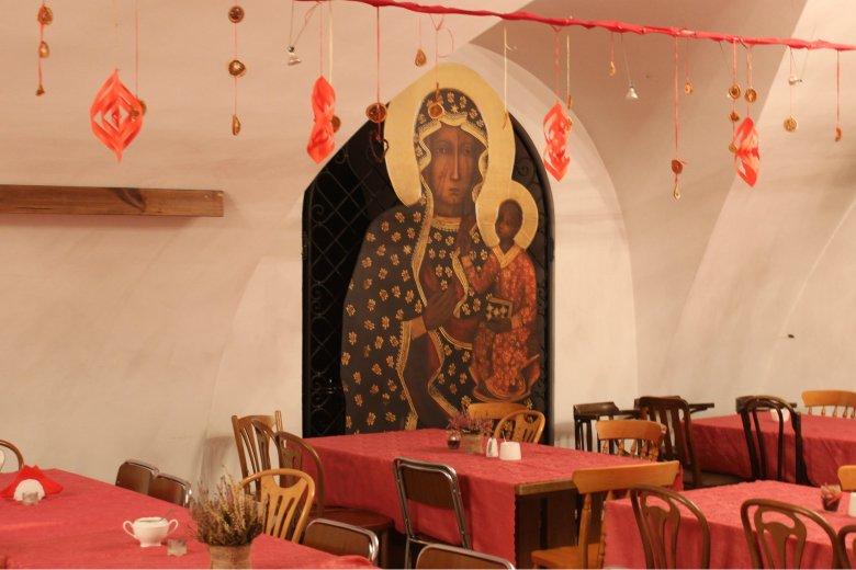 Przy takich stołach spotyka się wspólnota, by m.in. rozmawiać o Bogu