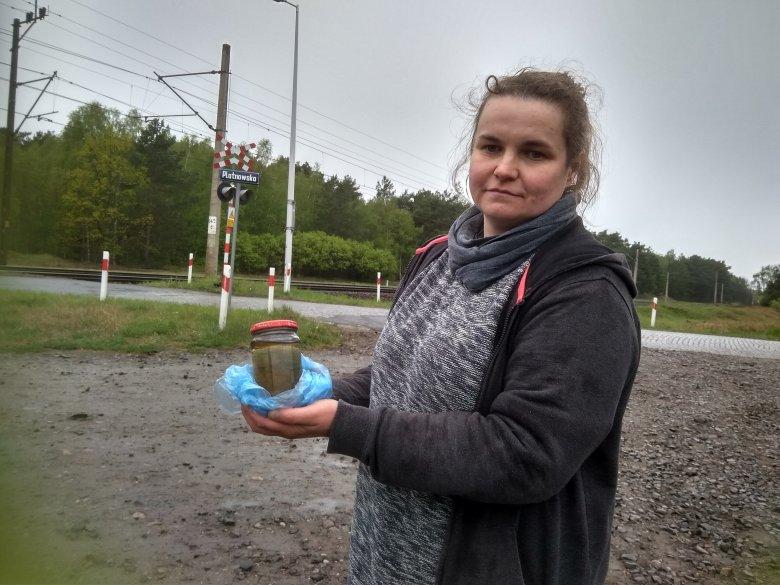 Renia Włazik z próbkę pobranej wody
