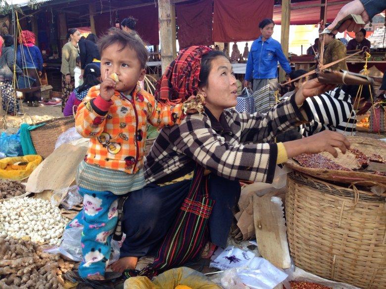 Kobieta z ludu Intha w typowym dla mieszkanek tego regionu zawoju na głowie. Targ Ywama, jezioro  Inle/ Birma