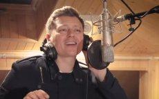 W piosence inaugurującej wyzwanie zaśpiewał m.in. Rafał Brzozowski