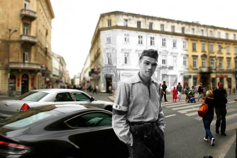 Młody powstaniec z 1944 roku, a w tle... nowoczesne auta warszawiaków.
