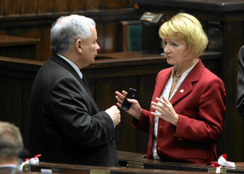 Jolanta Szczypińska w rozmowie z Jarosławem Kaczyńskim w przerwie obrad Sejmu w listopadzie 2010 r.
