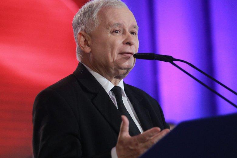 """Czy jest na sali tłumacz? Jarosław Kaczyński znów powiedział coś, czym zadziwił wielu słuchaczy. Tym razem chodzi o raczej rzadko używane słowo """"skomprymować"""". Na zdjęciu prezes PiS na konwencji Solidarnej Polski."""