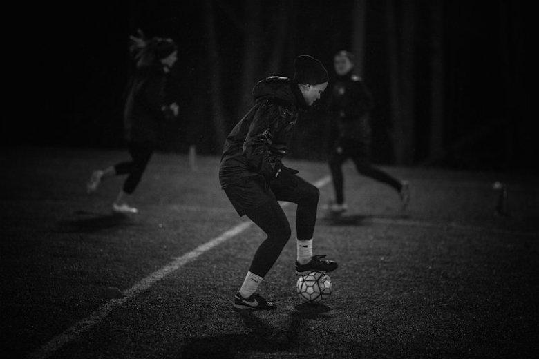 Kochamy grać - zapewniają piłkarki, choć łatwa miłość to z pewnością nie jest