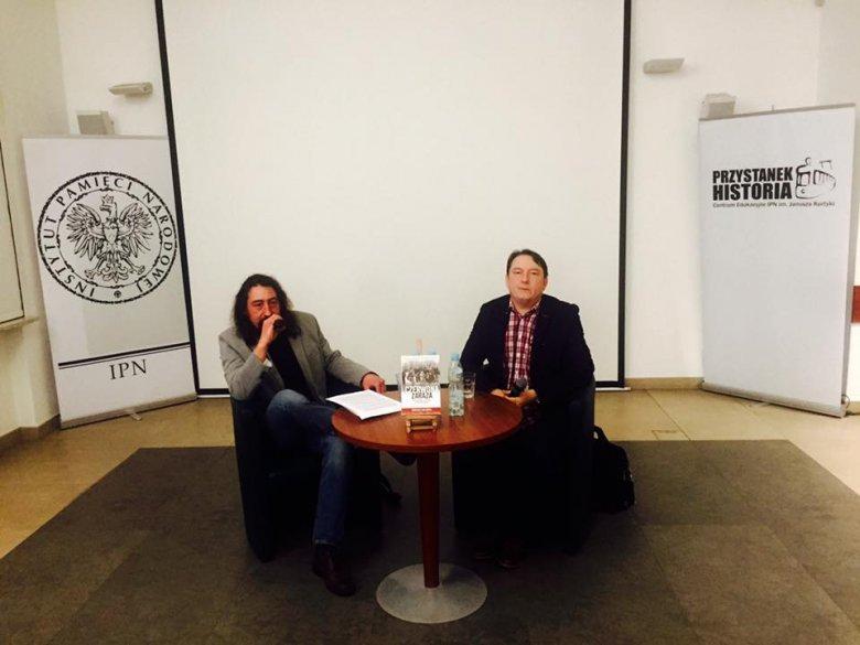 """Wojciech Lada (z lewej) to autor książki """"Bandyci z Armii Krajowej""""."""