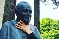 Rosyjski marynarz umieścił w sieci zdjęcie, na którym dusi popiersie Jana Pawła II znajdujące się w Świnoujściu.