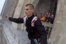 Grupa base jumperów znanych pod nazwą No Limit skoczyła z Pałacu Kultury i Nauki w Warszawie