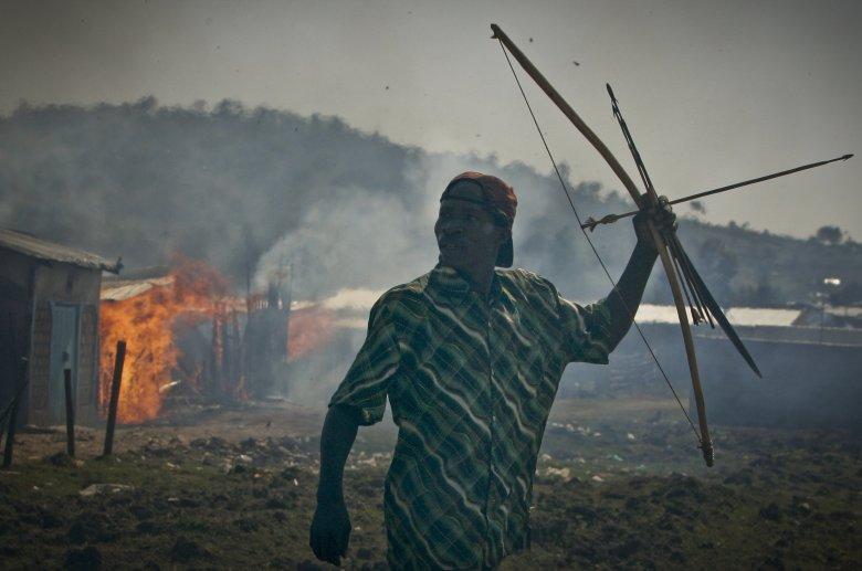 Wojownicy plemienia Kisii podczas bitwy na strzały z plemieniem Kalenjin w miejscowości Chelipat.