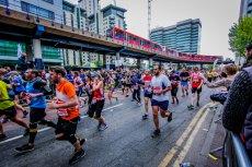 Bezdomny Polak zdobył medal w londyńskim maratonie. Ale to nie jest piękna i wzruszająca historia.
