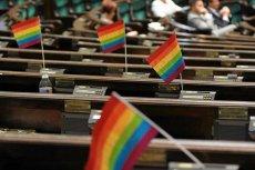 Kolorowe flagi popierające związki partnerskie w Sejmie