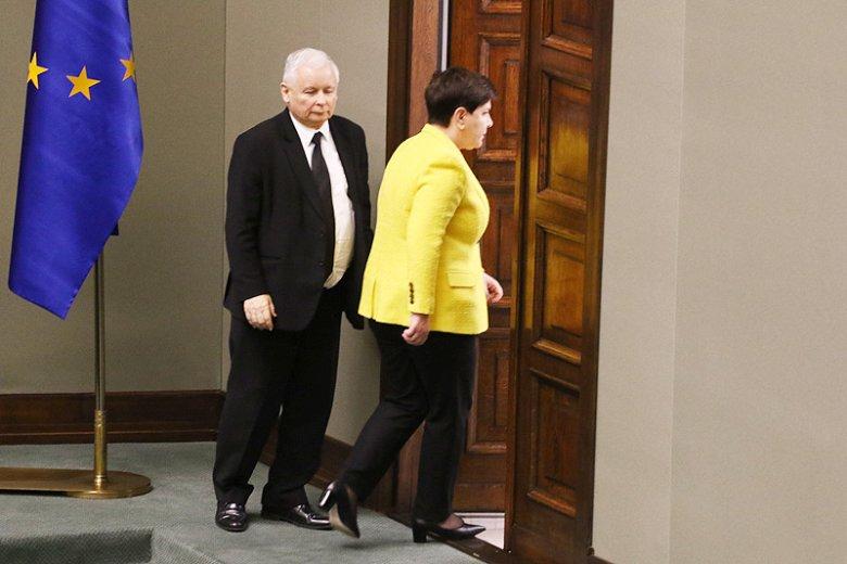 To zdjęcie mówi o sytuacji ustępującej premier Beaty Szydło więcej niż tysiąc słów. Właśnie tak pozwoliła się traktować prezesowi PiS Jarosławowi Kaczyńskiemu.
