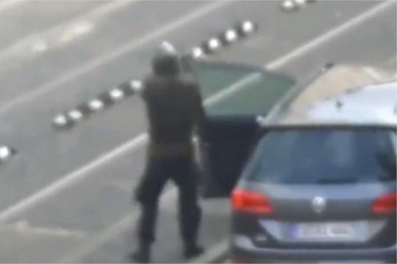 Zamachowiec z Halle transmitował atak w sieci.