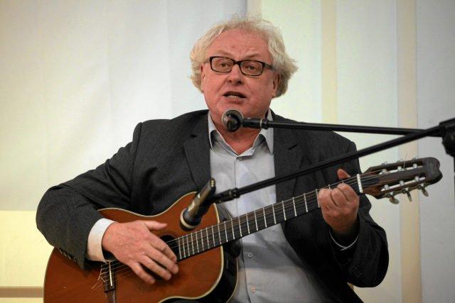 Ryszard Makowski opiewa w swoich piosenkach sukcesy rządów PiS.
