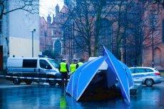 Przy obalonym pomniku ks. Jankowskiego doszło dziś do przepychanek, musiała interweniować policja.